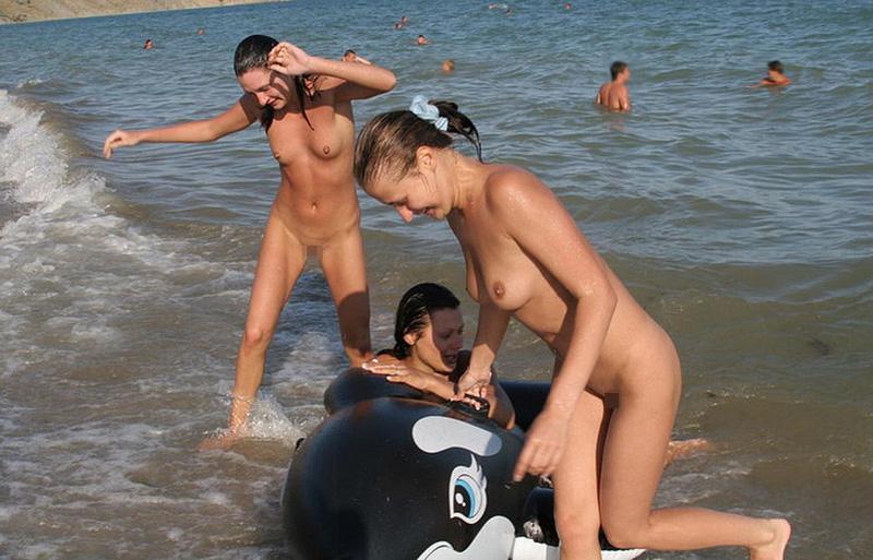 【海外エロ画像】勃ったら砂に埋まるか…全裸美女に耐え切れないヌーディストの楽園www 11