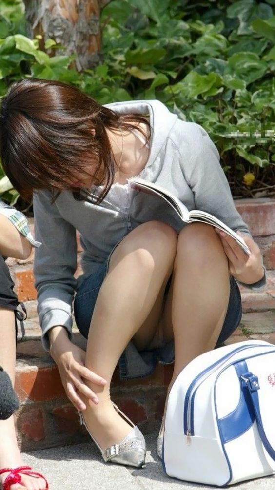 【パンチラエロ画像】段差に腰掛けるミニスカはよく見える!余裕の座りパンチラ現場www 02