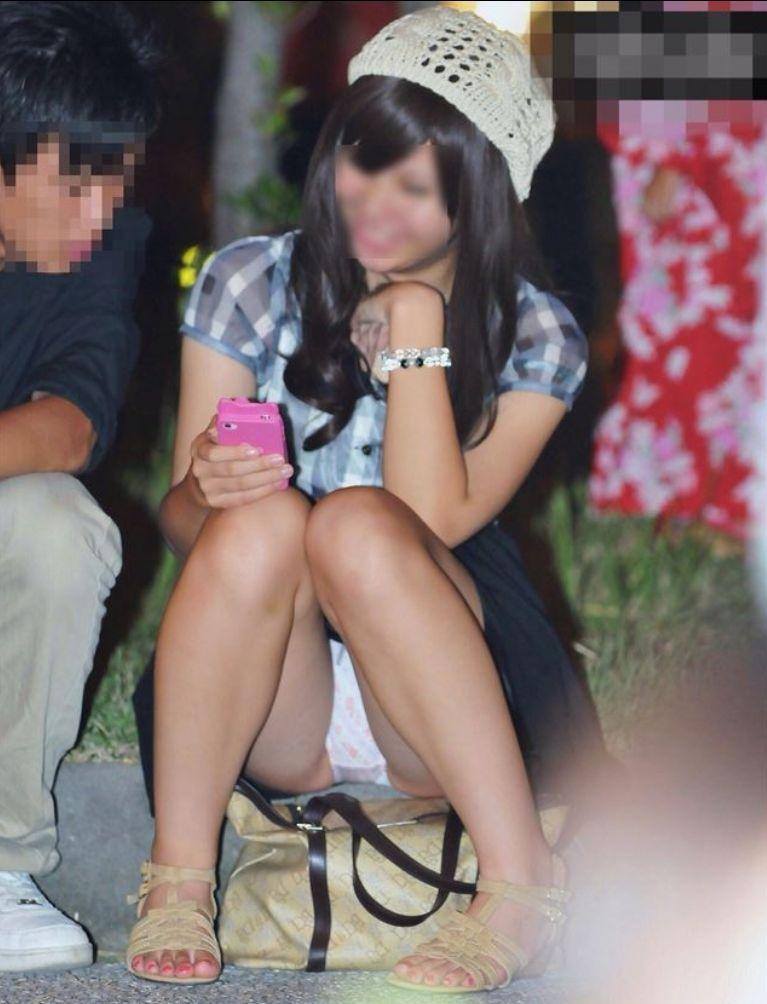 【パンチラエロ画像】段差に腰掛けるミニスカはよく見える!余裕の座りパンチラ現場www 03