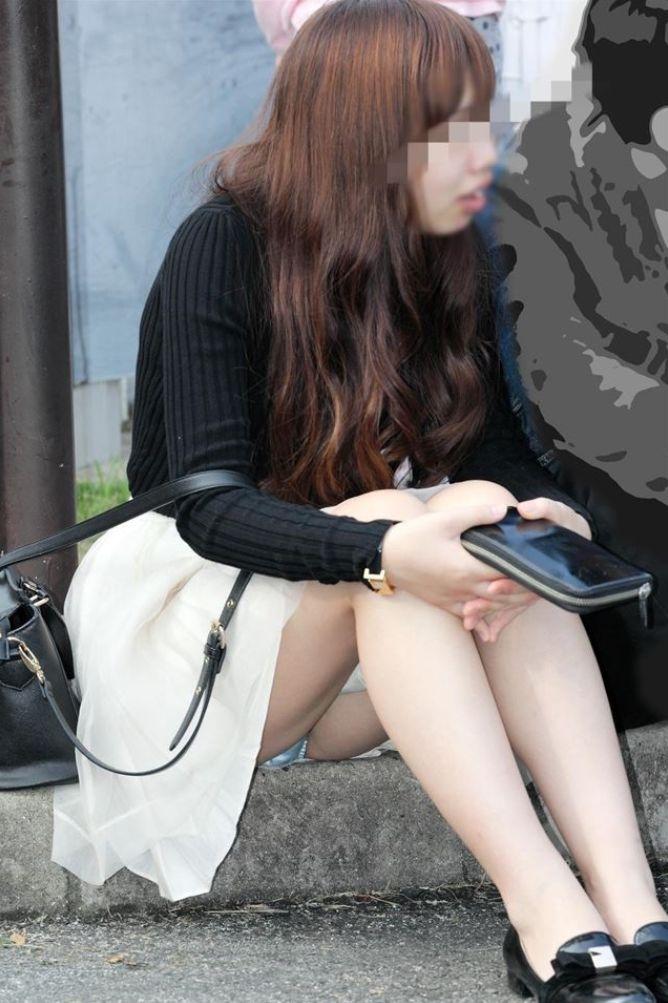 【パンチラエロ画像】段差に腰掛けるミニスカはよく見える!余裕の座りパンチラ現場www 04