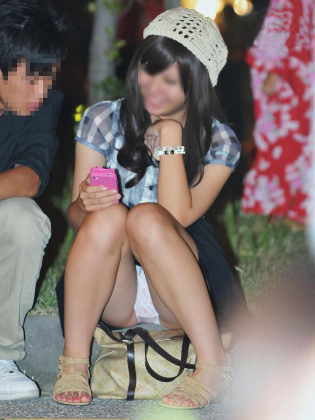 【パンチラエロ画像】段差に腰掛けるミニスカはよく見える!余裕の座りパンチラ現場www 07