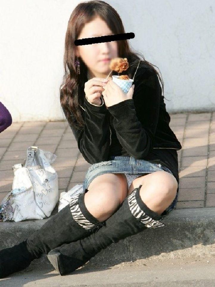 【パンチラエロ画像】段差に腰掛けるミニスカはよく見える!余裕の座りパンチラ現場www 11