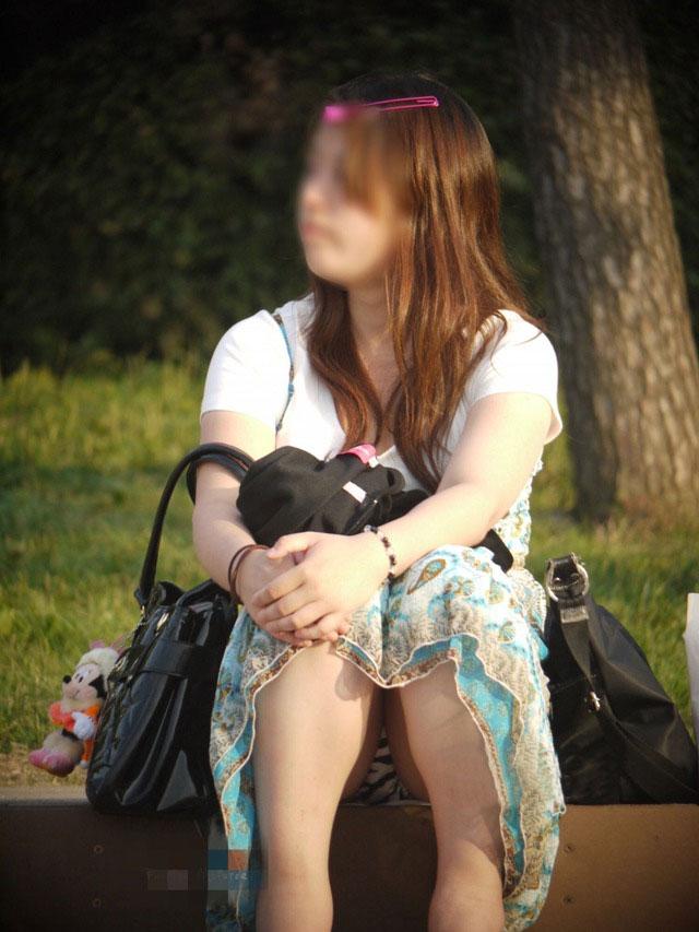 【パンチラエロ画像】段差に腰掛けるミニスカはよく見える!余裕の座りパンチラ現場www 12