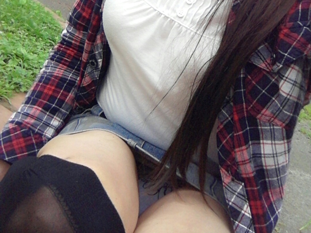 【パンチラエロ画像】段差に腰掛けるミニスカはよく見える!余裕の座りパンチラ現場www 14