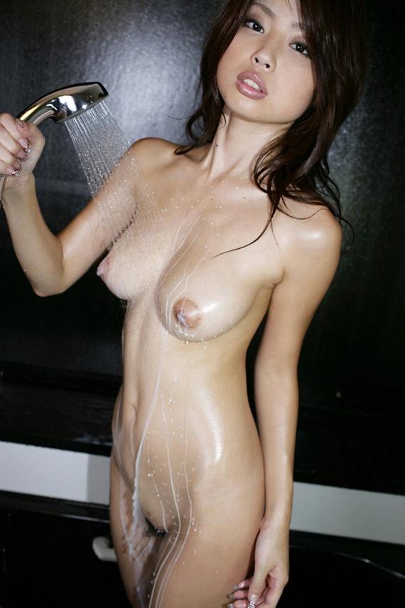 【入浴エロ画像】一緒に入ったら洗ってあげるべき!シャワー中の濡れ美乳www 09