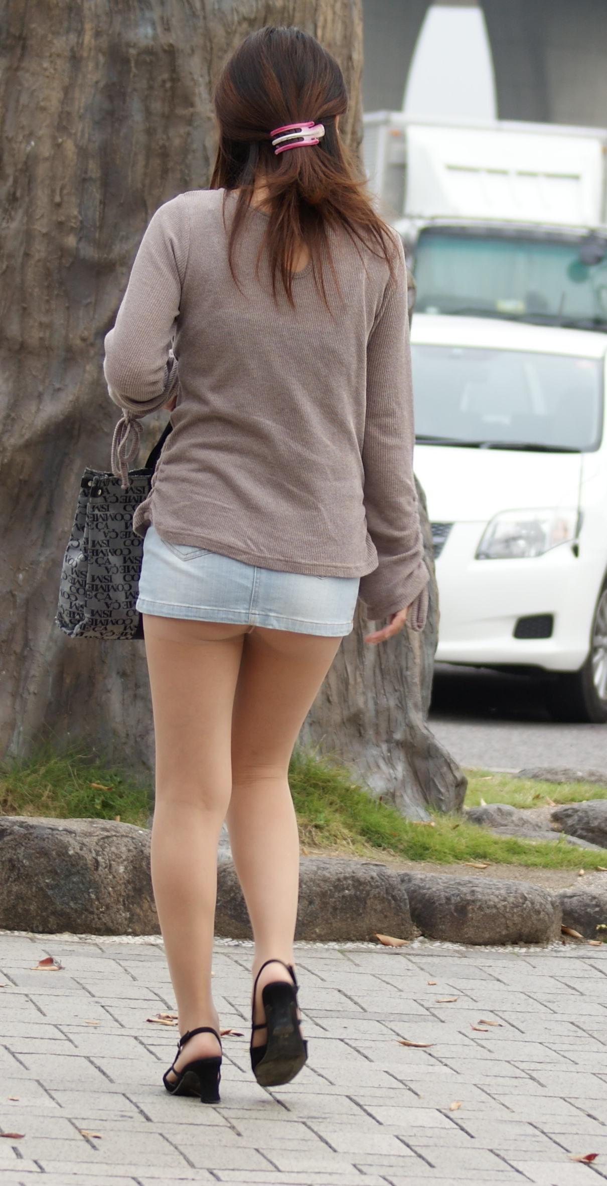 【チラリズムエロ画像】パンツ見えなくてもコレなら諦めつくwミニスカ尻チラwww 01