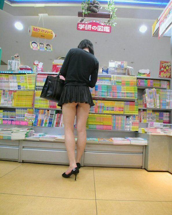 【チラリズムエロ画像】パンツ見えなくてもコレなら諦めつくwミニスカ尻チラwww 02