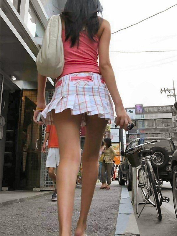 【チラリズムエロ画像】パンツ見えなくてもコレなら諦めつくwミニスカ尻チラwww 15