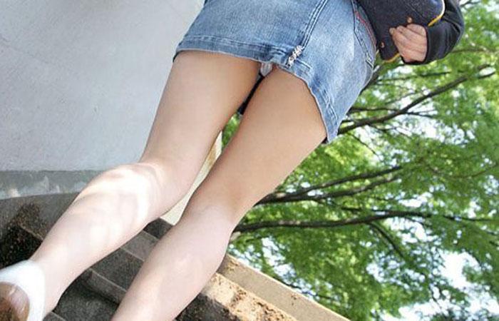 【パンチラエロ画像】絶好のチャンス!階段を上がるミニスカを斜め下から激写www 001