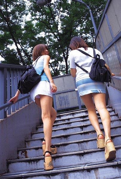 【パンチラエロ画像】絶好のチャンス!階段を上がるミニスカを斜め下から激写www 02