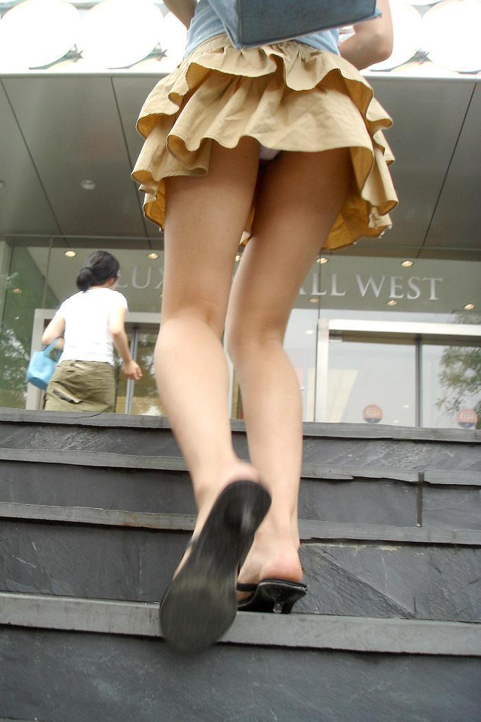 【パンチラエロ画像】絶好のチャンス!階段を上がるミニスカを斜め下から激写www 04