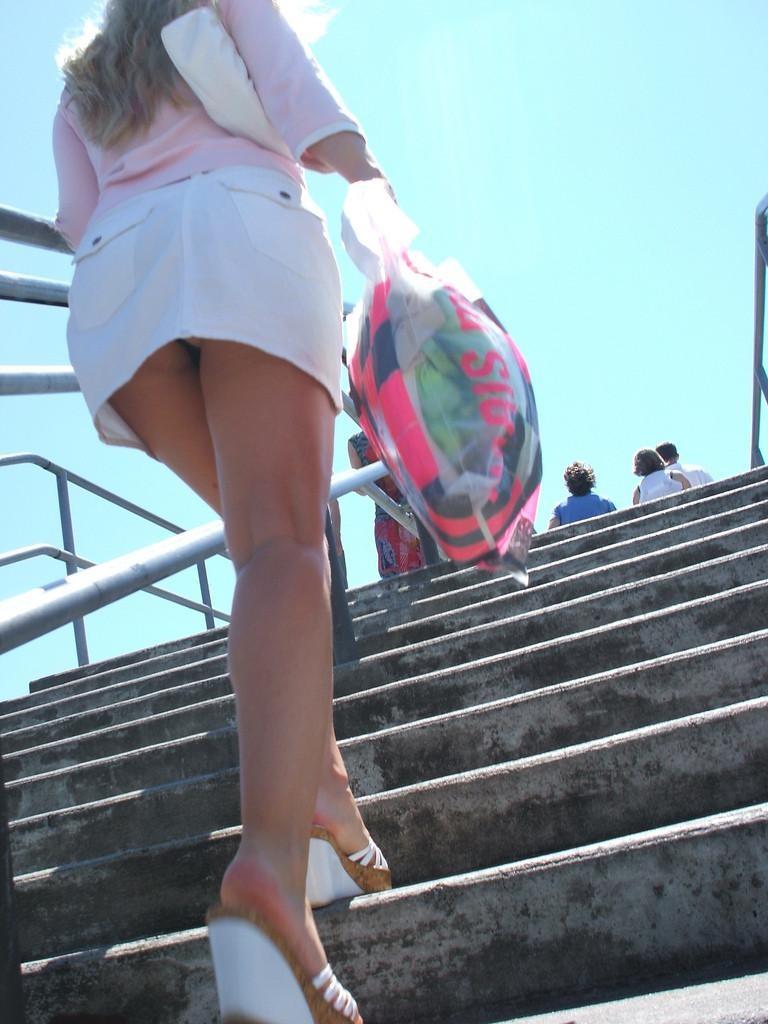 【パンチラエロ画像】絶好のチャンス!階段を上がるミニスカを斜め下から激写www 07