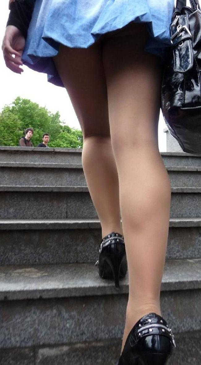 【パンチラエロ画像】絶好のチャンス!階段を上がるミニスカを斜め下から激写www 12