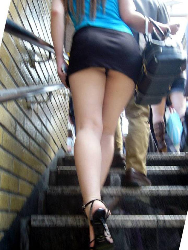 【パンチラエロ画像】絶好のチャンス!階段を上がるミニスカを斜め下から激写www 13