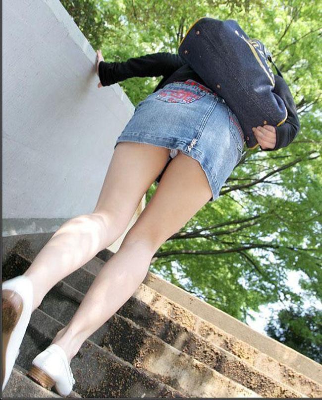 【パンチラエロ画像】絶好のチャンス!階段を上がるミニスカを斜め下から激写www 15