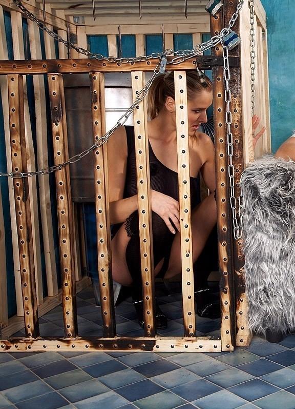 【SMエロ画像】調教後はしまっちゃおうw狭い檻に監禁されたM女の方々www 01