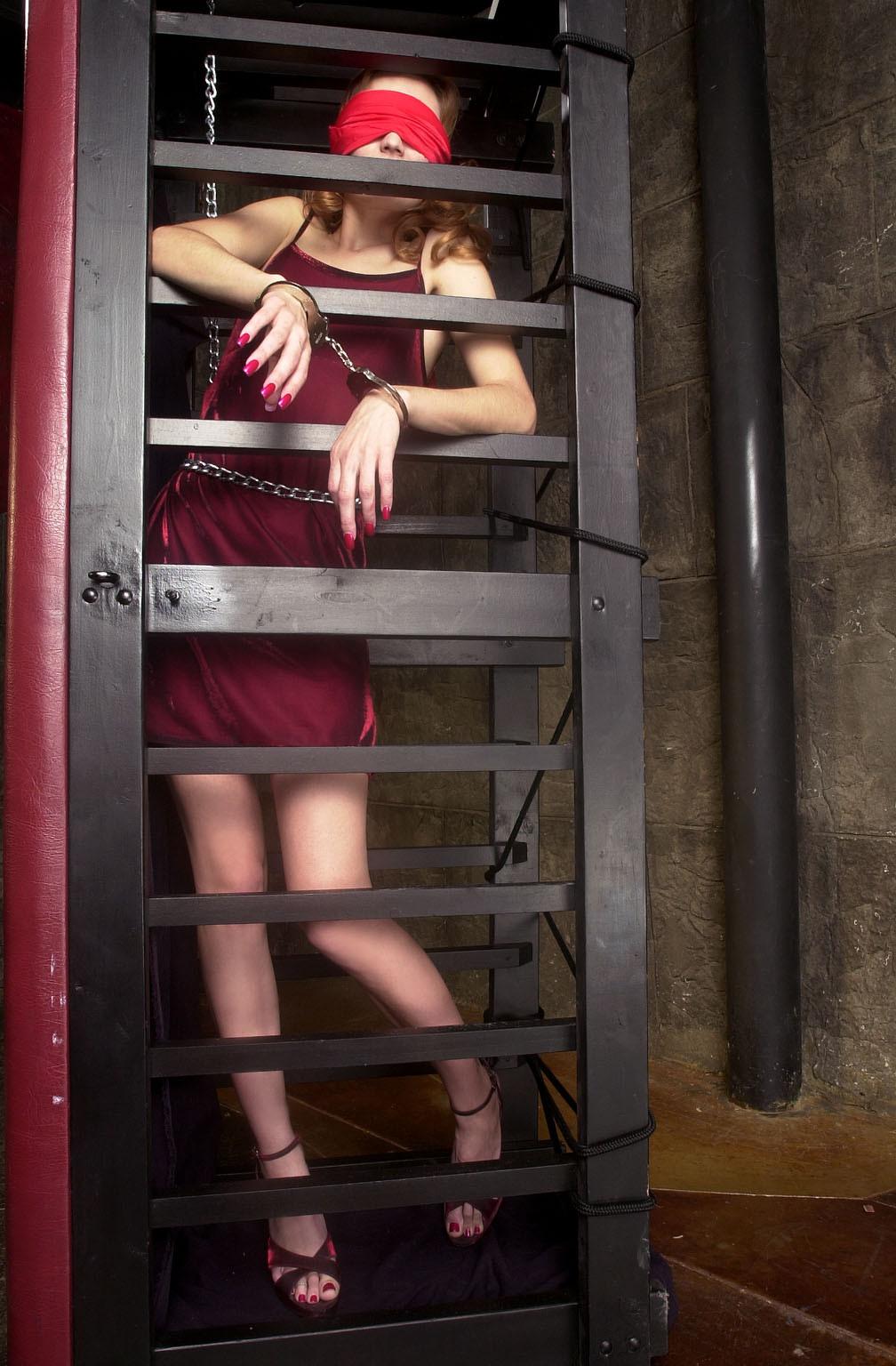 【SMエロ画像】調教後はしまっちゃおうw狭い檻に監禁されたM女の方々www 04