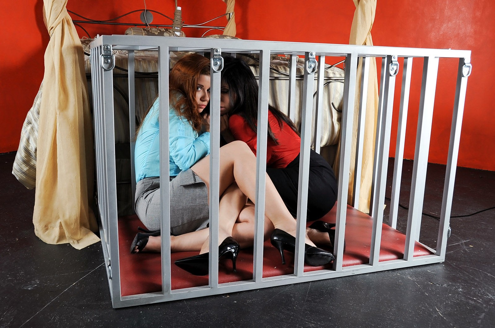 【SMエロ画像】調教後はしまっちゃおうw狭い檻に監禁されたM女の方々www 15