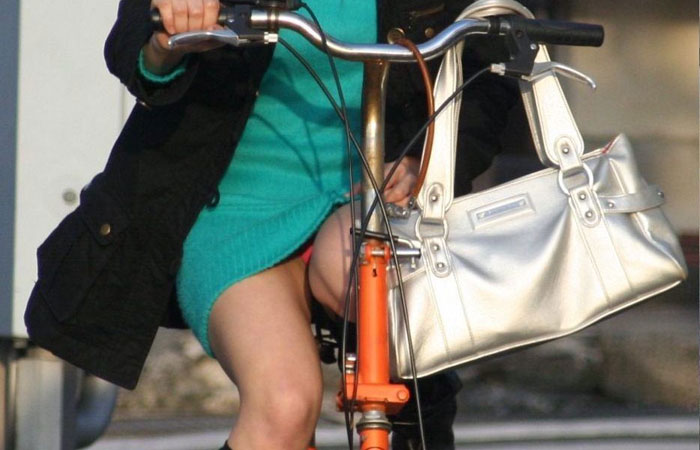 【パンチラエロ画像】斜め前から狙い撃つ!自転車乗ったミニスカ女子の生パン激写www 001