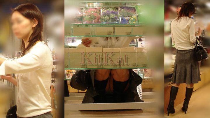 【パンチラエロ画像】肉眼よりカメラに頼るべきw店内の棚下からパンツ狙い撃ち! 05