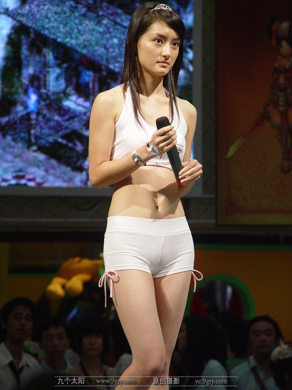 【キャンギャルエロ画像】入れ過ぎた気合が股間に…中国キャンギャルのマンスジwww 12