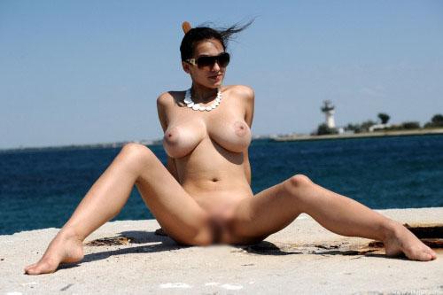 【海外エロ画像】四方八方に全裸美女!行ってみたいヌーディストビーチwww 12