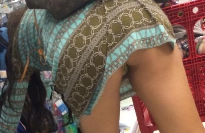 【パンチラエロ画像】多分わざとwミニスカ女子たちの覗くまでもないパンチラ現場www 03