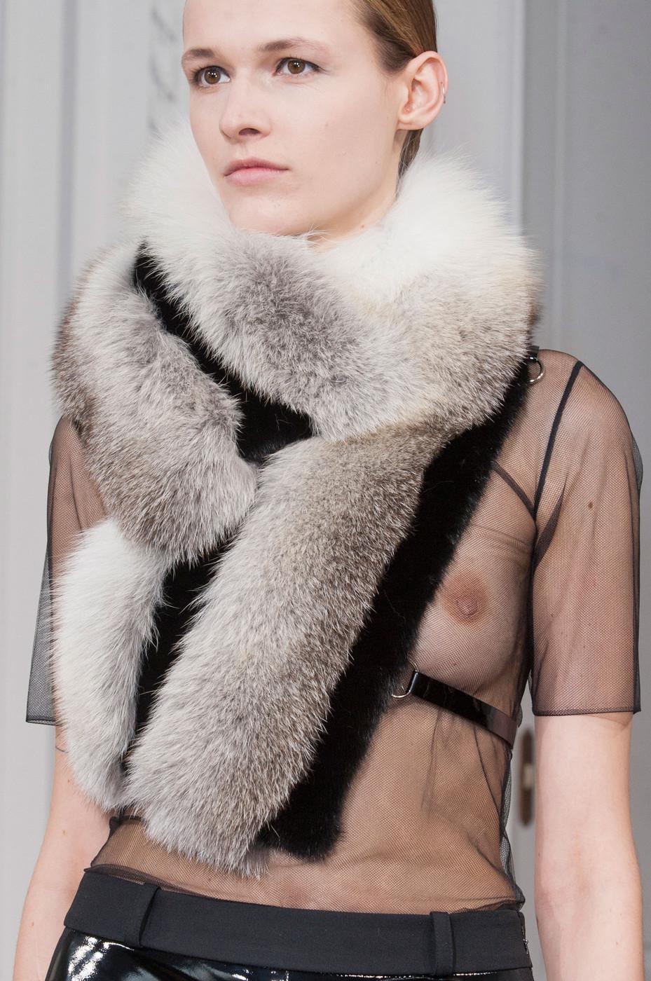 【透け乳首エロ画像】プロは隠さない!海外モデルの乳首丸見えショーwww 14