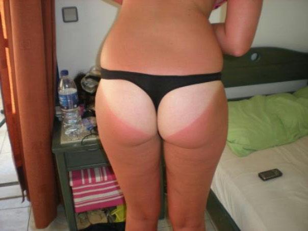 【日焼けエロ画像】真っ白過ぎて真っ赤に染めたくなる!日焼けあと残した美尻www 07