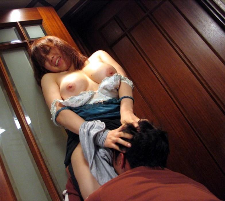 【愛撫エロ画像】倒れるまで舐るんだよ!立つ女に真下から股間責めwww 13