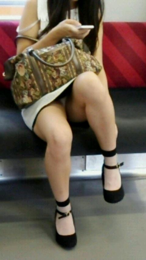【パンチラエロ画像】スマホ普及でより隙だらけ!見えたら注目の電車対面チラwww 05