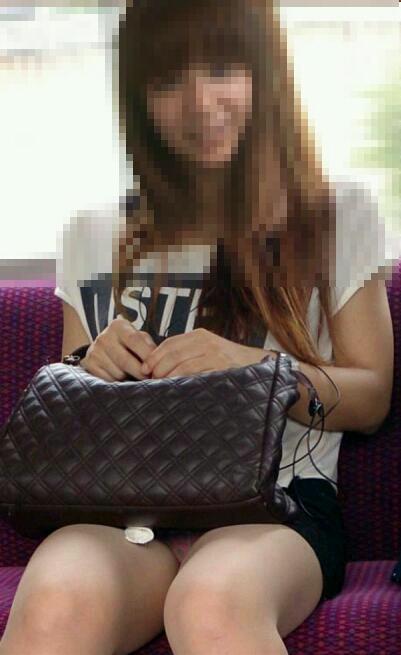 【パンチラエロ画像】スマホ普及でより隙だらけ!見えたら注目の電車対面チラwww 07