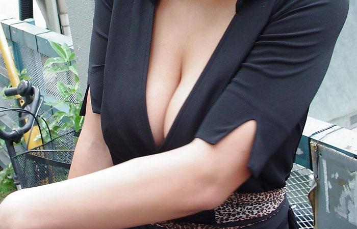 【巨乳エロ画像】上から覗くと奥が!?顔沈めたい豊かな着衣の谷間www 001