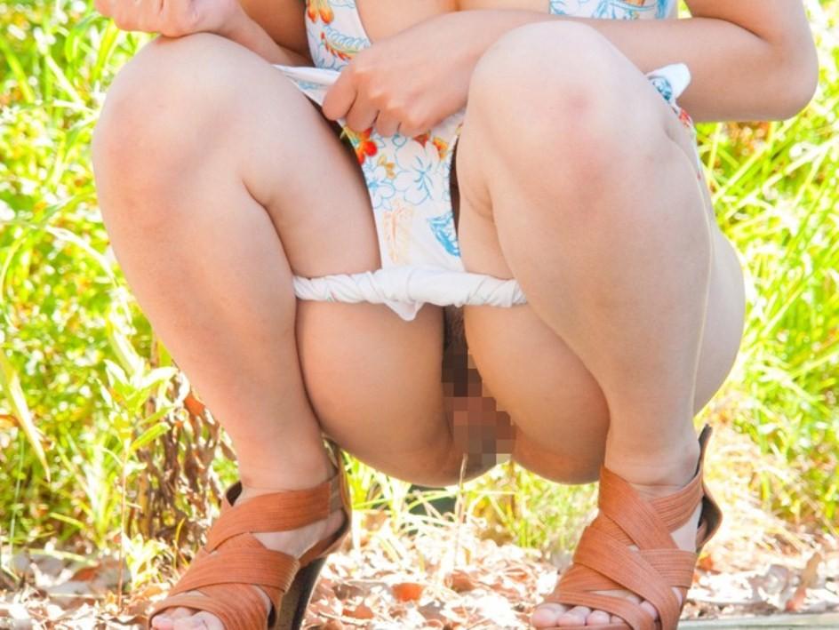 【放尿エロ画像】男の立ちション見るよりイイ!野外放尿する女子www 15