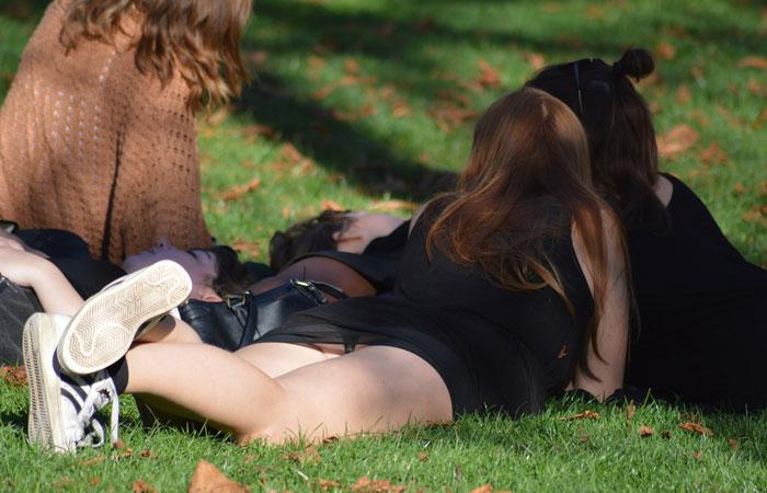 【パンチラエロ画像】皆やってるから…野原に寝転んだパンモロお姉さんwww 001