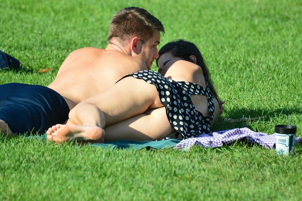 【パンチラエロ画像】皆やってるから…野原に寝転んだパンモロお姉さんwww 07