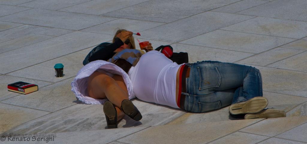 【パンチラエロ画像】皆やってるから…野原に寝転んだパンモロお姉さんwww 10