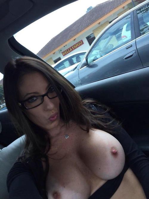 【露出エロ画像】カーSEXの予兆!?車内で明るくおっぱい晒す外人さんwww 13