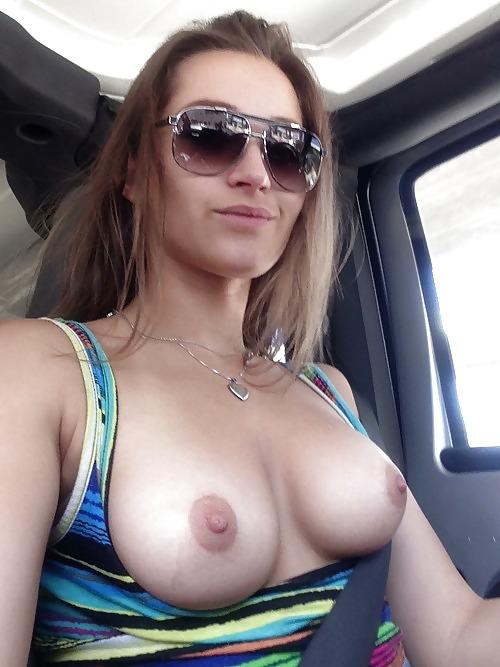 【露出エロ画像】カーSEXの予兆!?車内で明るくおっぱい晒す外人さんwww 15