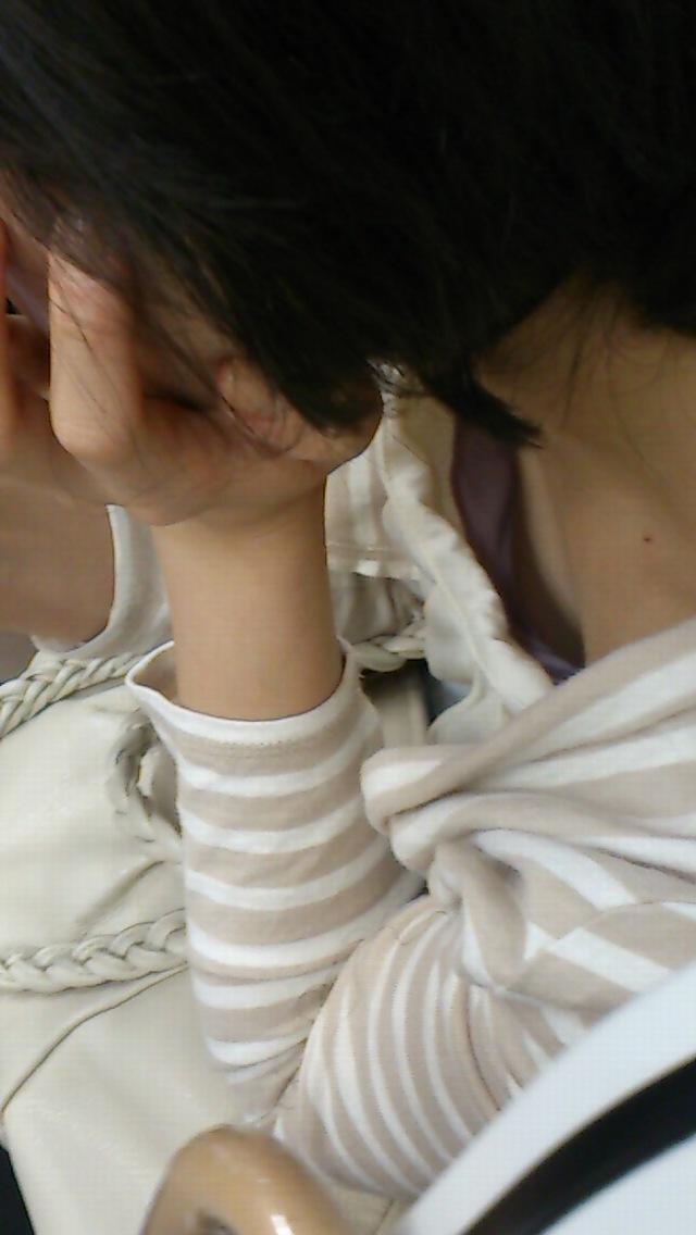 【胸チラエロ画像】見知らぬ女のだから見えると超嬉しいw隙アリの乳首チラwww 07