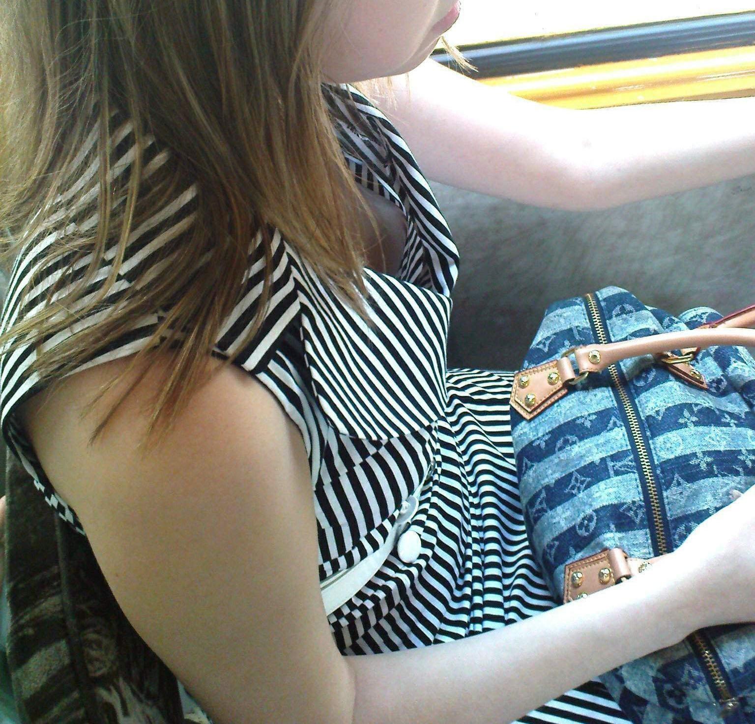 【胸チラエロ画像】見知らぬ女のだから見えると超嬉しいw隙アリの乳首チラwww 15