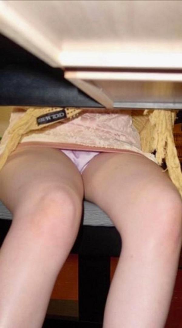 【パンチラエロ画像】ヤる前に勝手に下着チェック!机の下からパンツ覗き見www 06