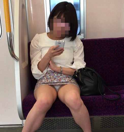 【パンチラエロ画像】ボーッと座るより有意義に過ごさせてくれる電車チラwww 07