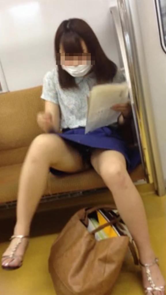 【パンチラエロ画像】ボーッと座るより有意義に過ごさせてくれる電車チラwww 10