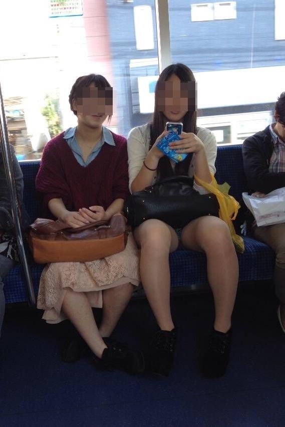 【パンチラエロ画像】ボーッと座るより有意義に過ごさせてくれる電車チラwww 11