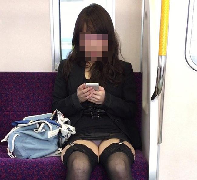 【パンチラエロ画像】ボーッと座るより有意義に過ごさせてくれる電車チラwww 13