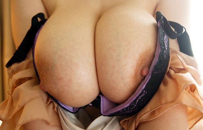 【美乳エロ画像】今すぐ摘みたい恥ずかしそうな乳首!脱ぎたてホヤホヤの生乳www 001