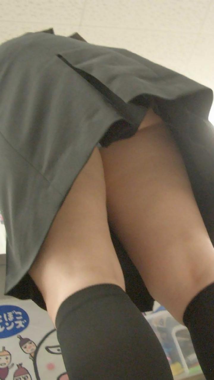 【パンチラエロ画像】見たい願望に応えて見上げたローアングルでパンツと尻ゲット! 05