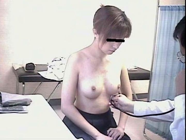 【診察エロ画像】医師の特権使ってセクハラ!?診察で狙われるおっぱいwww 15