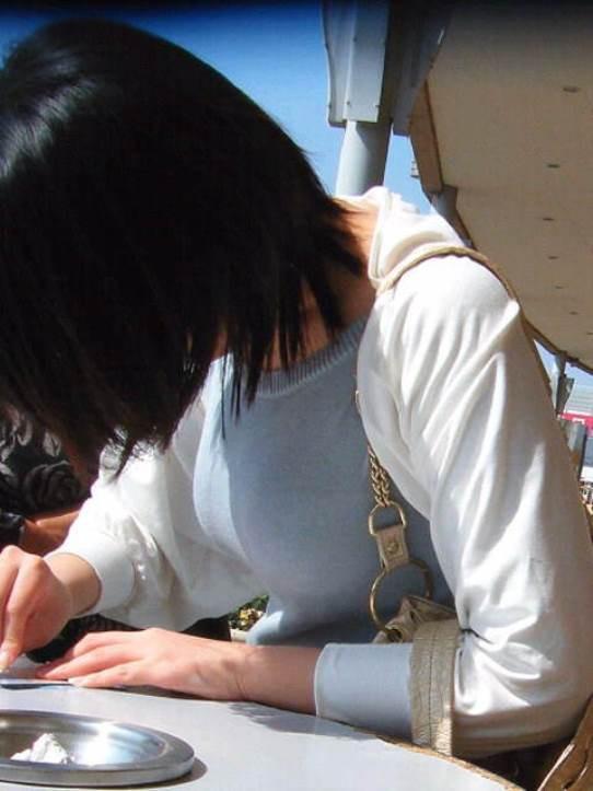 【巨乳エロ画像】注目浴びたがっている膨らみ!?目立ち過ぎた街の乳袋www 13